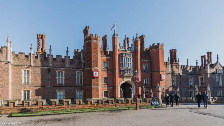 Hampton Court Palace, London: the palace inside, photos and maps